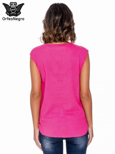 Fuksjowa bluzka koszulowa z haftowanym dekoltem V-neck                                  zdj.                                  4