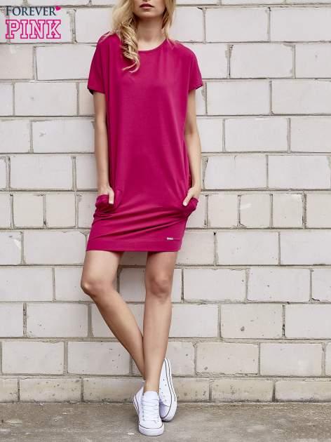 Fuksjowa sukienka dresowa z kieszeniami po bokach                                  zdj.                                  2