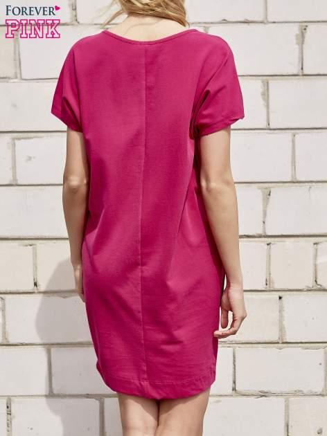 Fuksjowa sukienka dresowa z kieszeniami po bokach                                  zdj.                                  4
