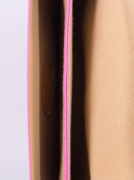 Fuksjowa torebka listonoszka z falowanym wykończeniem                                  zdj.                                  6