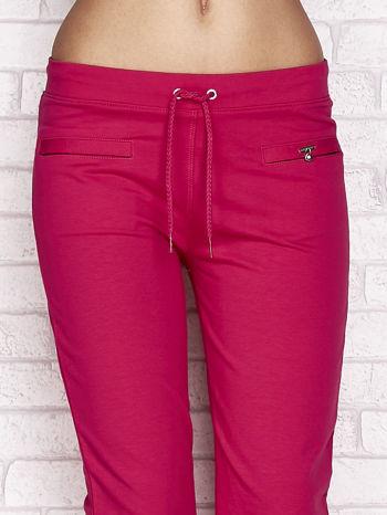 Fuksjowe spodnie dresowe capri z wszytymi kieszonkami                                  zdj.                                  4