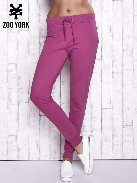Fuksjowe spodnie dresowe z kieszonką z tyłu