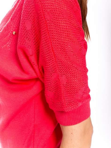 Fuksjowy sweter z ażurową górą i krótkim rękawkiem                                  zdj.                                  5