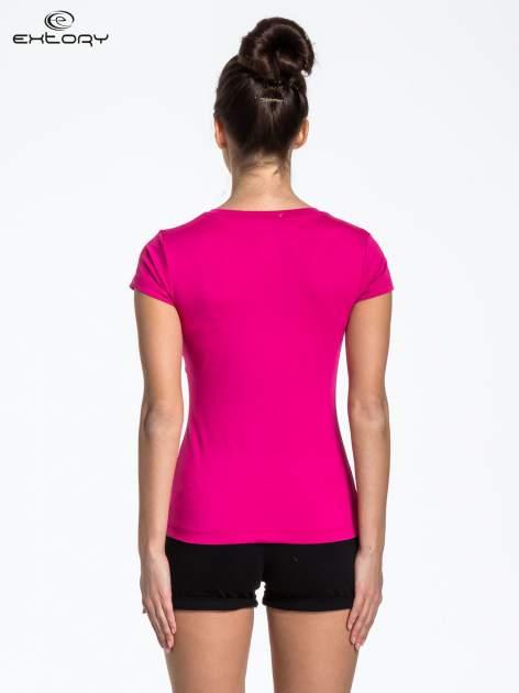 Fuksjowy t-shirt sportowy termoaktywny z dekoltem V                                  zdj.                                  3