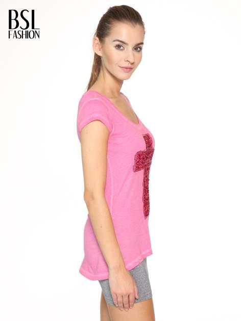 Fuksjowy t-shirt z cekinowym krzyżem                                  zdj.                                  3