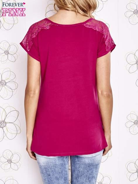 Fuksjowy t-shirt z koronkowym wykończeniem rękawów                                  zdj.                                  4