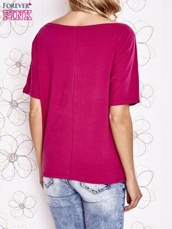 Fuksjowy t-shirt z limonkowymi pomponikami przy dekolcie                                  zdj.                                  4