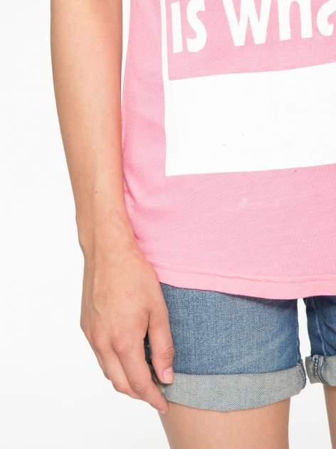 Fuksjowy t-shirt z napisem i siateczkowymi rękawami                                  zdj.                                  6