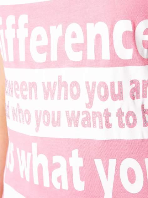 Fuksjowy t-shirt z napisem i siateczkowymi rękawami                                  zdj.                                  8