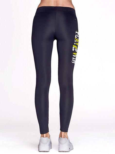 Grafitowe legginsy fitness z nadrukiem z boku                                  zdj.                                  3