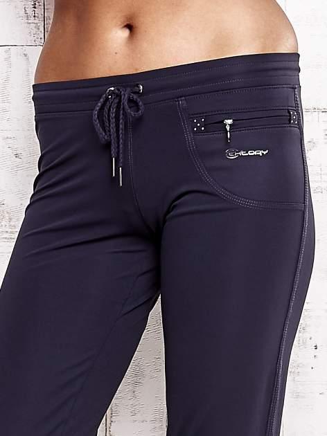 Grafitowe spodnie capri z dżetami i kieszonką                                  zdj.                                  4