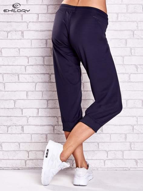 Grafitowe spodnie capri z haftowanymi wstawkami PLUS SIZE                                  zdj.                                  2