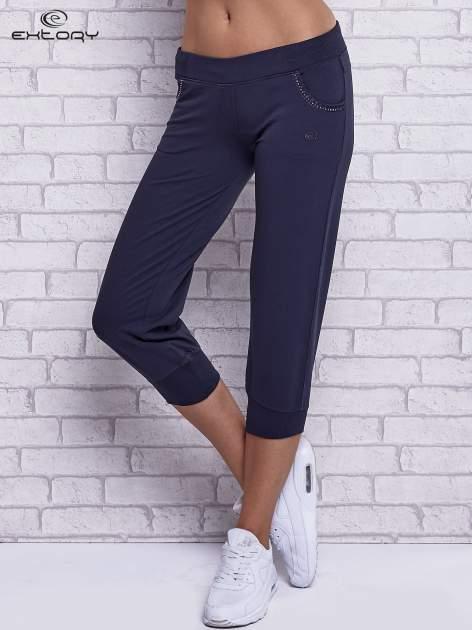 Grafitowe spodnie capri z ozdobnymi dżetami                                  zdj.                                  1