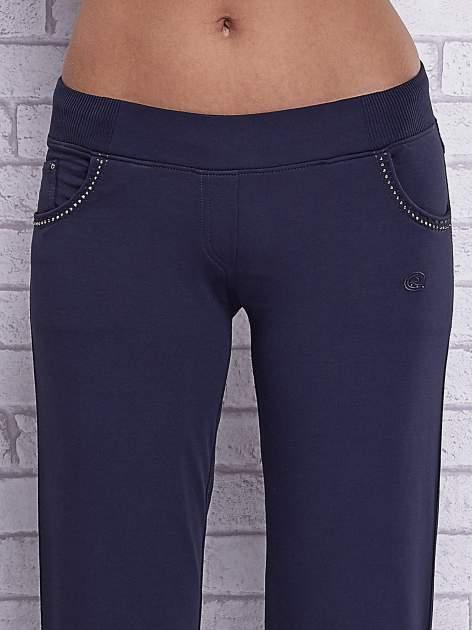 Grafitowe spodnie capri z ozdobnymi dżetami                                  zdj.                                  4