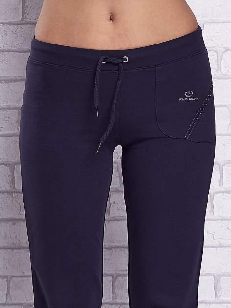 Grafitowe spodnie capri z prostymi nogawkami                                  zdj.                                  4