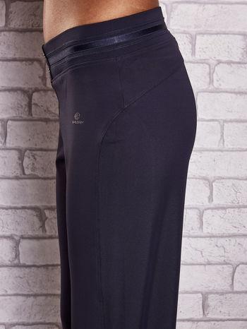 Grafitowe spodnie capri z surowym wykończeniem PLUS SIZE                                  zdj.                                  5