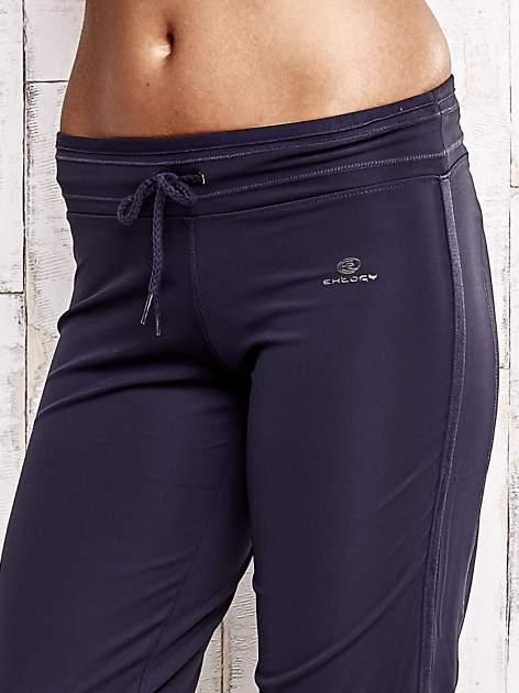 Grafitowe spodnie capri z troczkami                                  zdj.                                  4