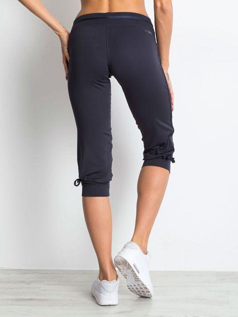 Grafitowe spodnie capri z troczkami przy nogawkach