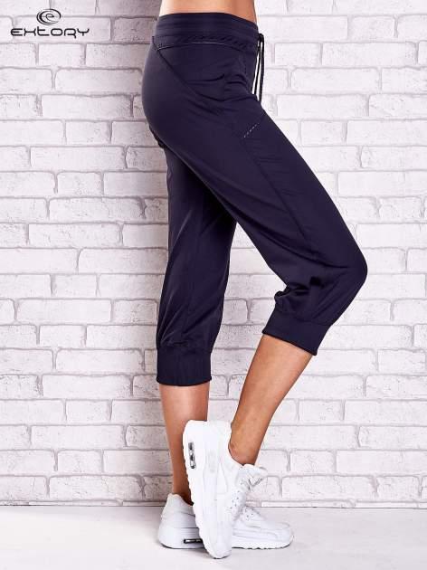 Grafitowe spodnie damskie capri z kieszonką i haftem                              zdj.                              3