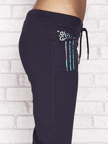 Grafitowe spodnie dresowe capri z dziewczęcymi nadrukami                                  zdj.                                  5
