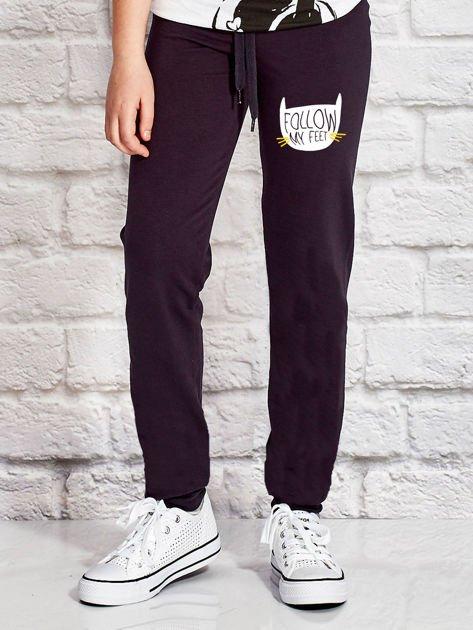 Grafitowe spodnie dresowe dla dziewczynki z napisem FOLLOW MY FEET                              zdj.                              1