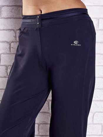 Grafitowe spodnie dresowe z guziczkami PLUS SIZE                                  zdj.                                  4