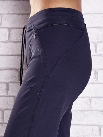 Grafitowe spodnie dresowe z kieszonką i haftem PLUS SIZE                                  zdj.                                  5