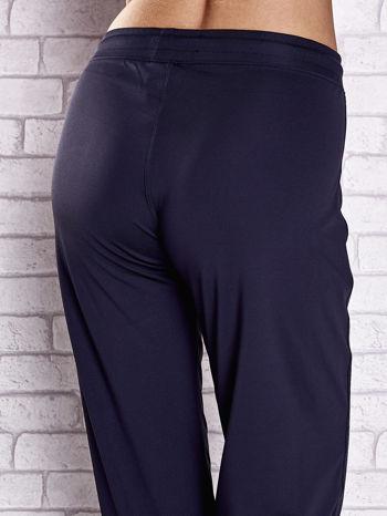 Grafitowe spodnie dresowe z kieszonką i troczkami                                  zdj.                                  6