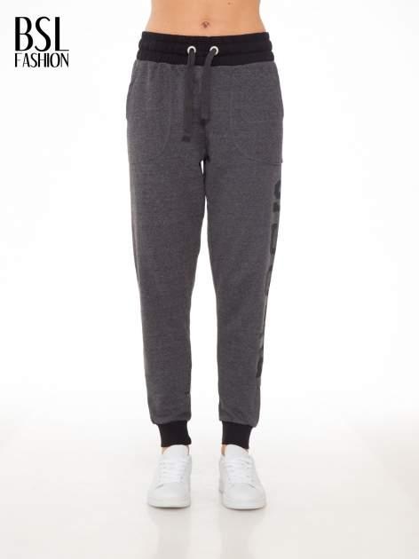 Grafitowe spodnie dresowe z nadrukiem SUGAR po boku nogawki