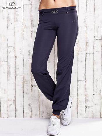 Grafitowe spodnie dresowe z ozdobnym paskiem                                  zdj.                                  1
