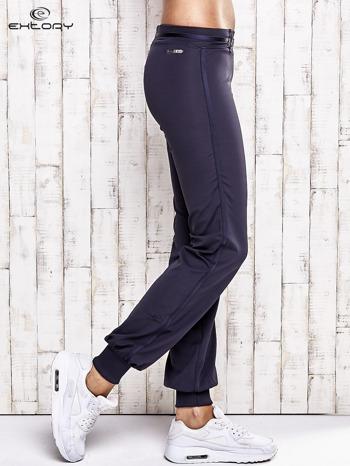 Grafitowe spodnie dresowe z ozdobnym paskiem                                  zdj.                                  3