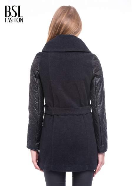 Grafitowy płaszcz ze skórzanymi pikowanymi rękawami                                  zdj.                                  4
