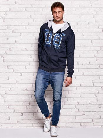 Granatowa bluza męska z kapturem i nadrukiem                                  zdj.                                  4