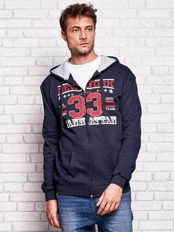 Granatowa bluza męska z kapturem i tekstowym nadrukiem                              zdj.                              1