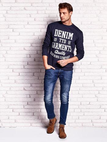 Granatowa bluza męska z miejskim nadrukiem                                  zdj.                                  4