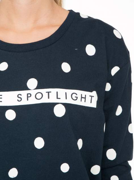 Granatowa bluza w grochy z napisem IN THE SPOTLIGHT                                  zdj.                                  7