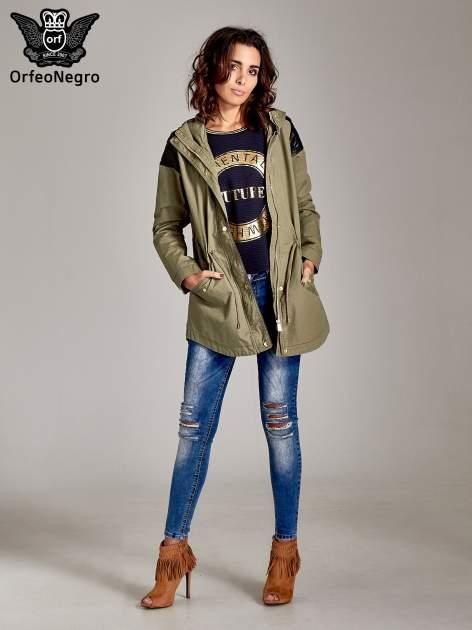 Granatowa bluza w stylu glamour ze złotym nadrukiem i lamówką                                  zdj.                                  2