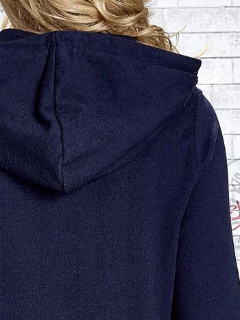 Granatowa bluza z kapturem z kolorowymi przeszyciami                                  zdj.                                  8