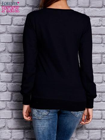 Granatowa bluza z komiksowym nadrukiem                              zdj.                              2