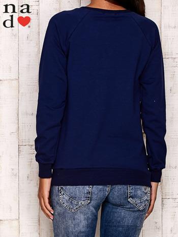 Granatowa bluza z motywem Wieży Eiffla                                  zdj.                                  4