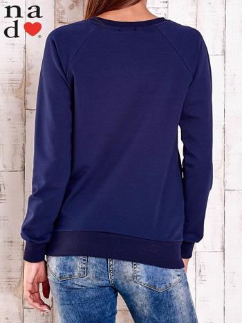Granatowa bluza z nadrukiem szpilek                                  zdj.                                  4