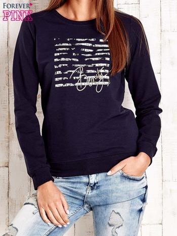 Granatowa bluza z tekstowym nadrukiem                              zdj.                              1