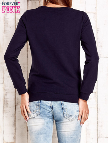 Granatowa bluza z tekstowym nadrukiem                              zdj.                              2