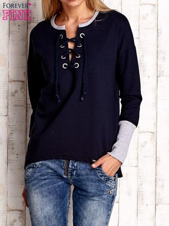 Granatowa bluza z wiązaniem i szerokim ściągaczem                                  zdj.                                  1