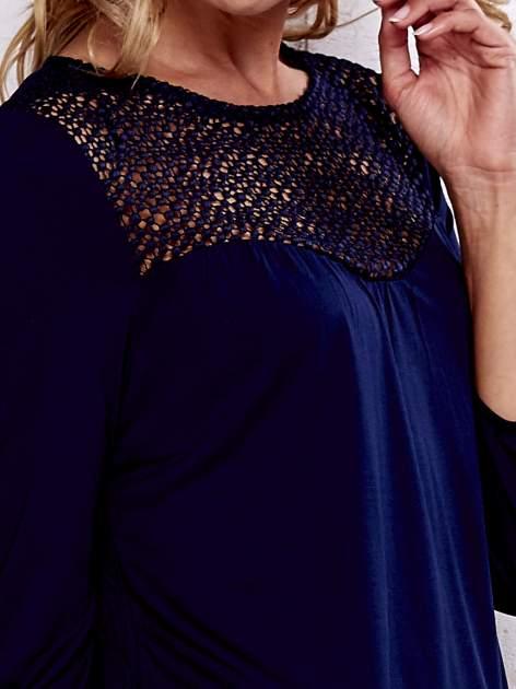 Granatowa bluzka z koronkowym dekoltem                                  zdj.                                  7