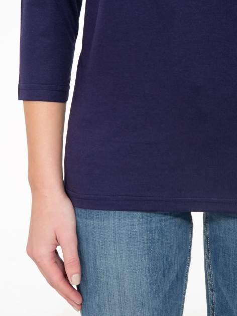 Granatowa bluzka z marszczonym dekoltem i rękawkami 3/4                                  zdj.                                  6