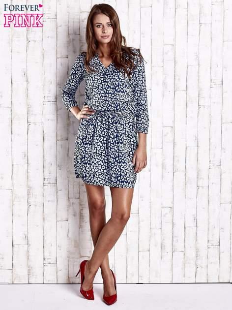 Granatowa denimowa sukienka z graficznym nadrukiem                                  zdj.                                  4