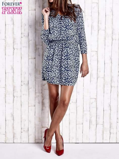 Granatowa denimowa sukienka z graficznym nadrukiem                                  zdj.                                  5