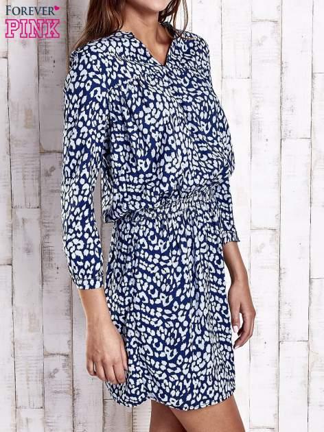Granatowa denimowa sukienka z graficznym nadrukiem                                  zdj.                                  3