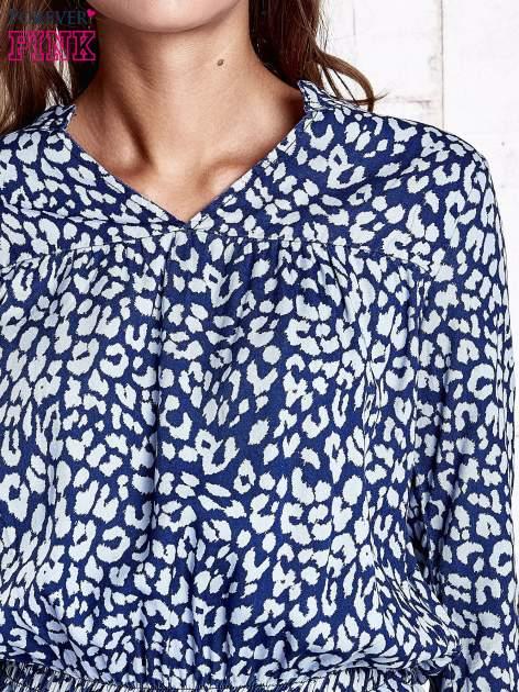 Granatowa denimowa sukienka z graficznym nadrukiem                                  zdj.                                  6